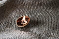 Stilleven met kaars in een okkernoot op stoffenachtergrond stock foto