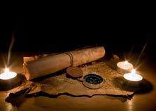 Stilleven met kaarsen door een kompas en oude kaarten Stock Foto
