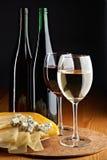 Stilleven met kaas, rode en witte wijnen royalty-vrije stock fotografie