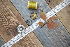 Stilleven met kantband, uitstekende knopen, spoelen van draad en Royalty-vrije Stock Foto