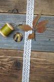 Stilleven met kantlint, uitstekende knopen, spoelen van draad a Royalty-vrije Stock Afbeelding