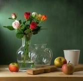 Stilleven met kleurrijke rozen en appelen stock afbeeldingen