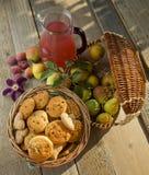 Stilleven met koekjes en peren in een tuin Royalty-vrije Stock Afbeeldingen