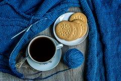 Stilleven met koffie en het breien Stock Fotografie