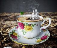 Stilleven met koffiekop en stuk speelgoed de ontspanningsvakantie van het bootconcept Royalty-vrije Stock Afbeelding