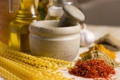 Stilleven met kruiden, macaroni en mortier Royalty-vrije Stock Afbeelding