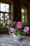 Stilleven met langzaam verdwenen rozen royalty-vrije stock afbeelding