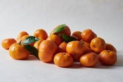 Stilleven met mandarijnen op wit royalty-vrije stock fotografie