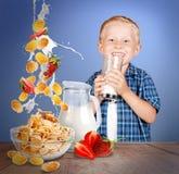 Stilleven met melk, aardbei en cornflakes stock afbeeldingen