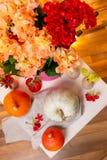 Stilleven met oranje en witte pompoenen, hydrangea hortensiarood en perzikkleur stock fotografie
