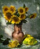 Stilleven met patisons en zonnebloemen Stock Fotografie