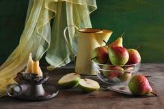 stilleven met peren en kaarsen Stock Afbeeldingen