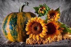 Stilleven met pompoen en zonnebloemen Royalty-vrije Stock Fotografie