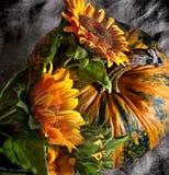 Stilleven met pompoen en zonnebloemen Stock Foto's