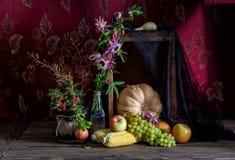 Stilleven met pompoen op houten achtergrond stock fotografie