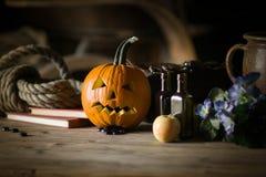 Stilleven met pompoengezicht op Halloween in oktober stock foto