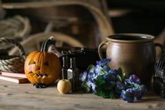 Stilleven met pompoengezicht op Halloween in oktober royalty-vrije stock afbeeldingen