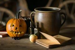 Stilleven met pompoengezicht op Halloween in oktober stock afbeeldingen