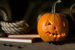 Stilleven met pompoengezicht op Halloween in oktober royalty-vrije stock foto's