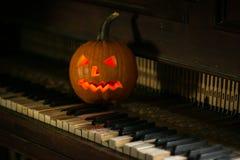 Stilleven met pompoengezicht op Halloween in oktober royalty-vrije stock afbeelding