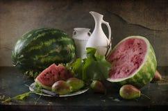 Stilleven met rijpe en rode watermeloen royalty-vrije stock foto