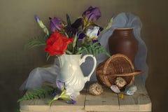Stilleven met rode papaver en irissen, de ceramische vaas en de mand van shells royalty-vrije stock fotografie