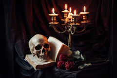 Stilleven met schedel, boek en kandelaar Royalty-vrije Stock Fotografie