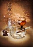 Stilleven met sigaar en cognac stock foto's