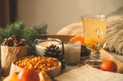 Stilleven met sinaasappel en duindoorn op een houten achtergrond Kaars, mandarijnen Concept seizoengebonden vitaminen royalty-vrije stock afbeeldingen