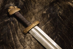 Stilleven met Skandinavisch zwaard op een bont Royalty-vrije Stock Afbeelding