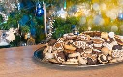 Stilleven met snoepjes en Kerstmisdecoratie stock afbeelding