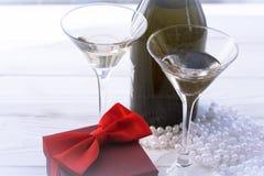 Stilleven met twee glazen, fles, en Kerstmisdecoratie royalty-vrije stock afbeelding