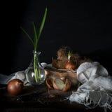 Stilleven met uien op een houten lijst aangaande een donkere achtergrond Royalty-vrije Stock Foto's