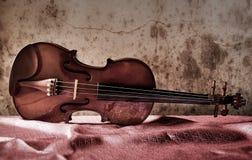 Stilleven met uitstekende viool op zijde Stock Afbeeldingen