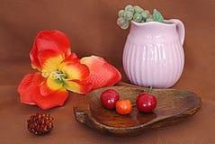 Stilleven met vruchten en een bloem stock afbeeldingen