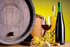 Stilleven met wijn, druiven en vaten royalty-vrije stock afbeeldingen