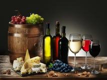 Stilleven met wijn en druif Stock Afbeeldingen