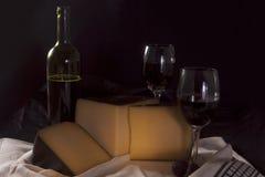 Stilleven met wijn en kaas Stock Afbeeldingen