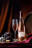 Stilleven met wijn in fles en glas stock afbeeldingen