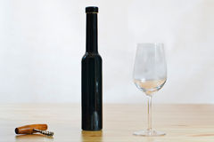 Stilleven met wijnglas en een kurketrekker Stock Afbeelding