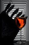 Stilleven met wijnglas en messen stock foto's