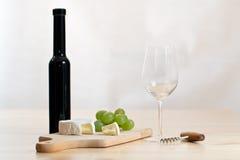 Stilleven met wijnglas, fles en kaas Stock Afbeeldingen