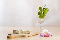 Stilleven met wijnglas, kaas en bloesem Stock Foto