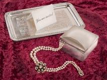Stilleven met zilveren vakje en dienblad met uitnodiging Stock Afbeelding
