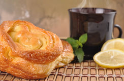 Stilleven met zoete broodjes, citroen en koffie Stock Foto's