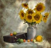 stilleven met zonnebloemen en oude koffer Stock Foto