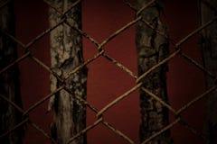 Stilleven oude roestige balustrade en houten achtergrond in donkere kleur Stock Fotografie