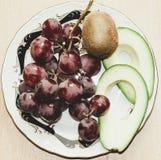 Stilleven van avocado, druiven en kiwi Royalty-vrije Stock Foto's