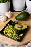 Stilleven van avocadofruit voor een maaltijd wordt gesneden die Stock Afbeeldingen