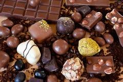 Stilleven van chocolade, snoepjes en koffie stock foto